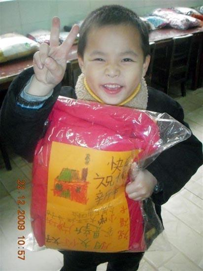 新牌坊小学学前班大三班捐赠小学小朋友衣服绣名单江六一图片