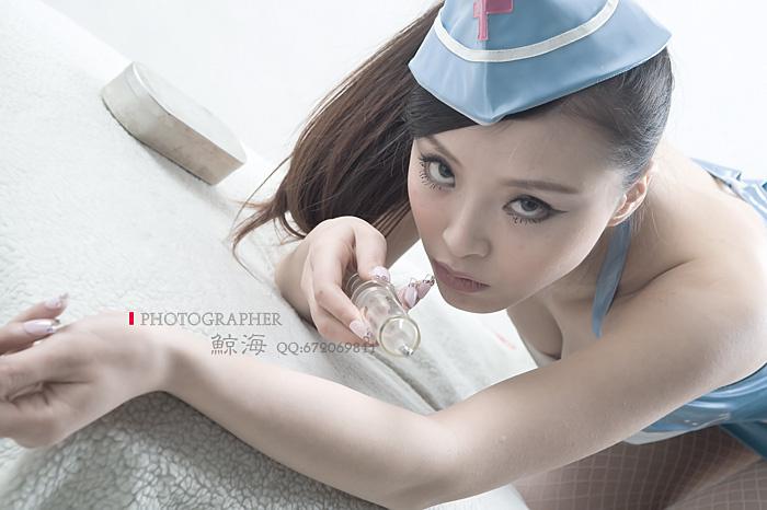 妖娆美女玩制服图片