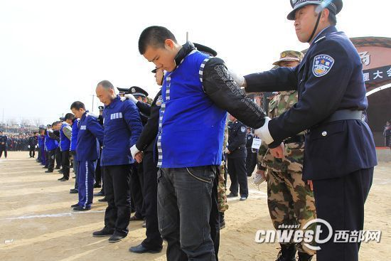 靖边县召开公审大会逮捕32名疑犯 万人围观图片