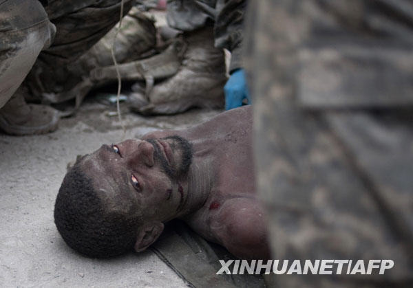 1月26日,在海地首都太子港,一名刚被救出的男子躺在地上。