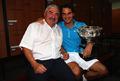 组图:费德勒更衣室捧奖杯 与父亲合照显亲密