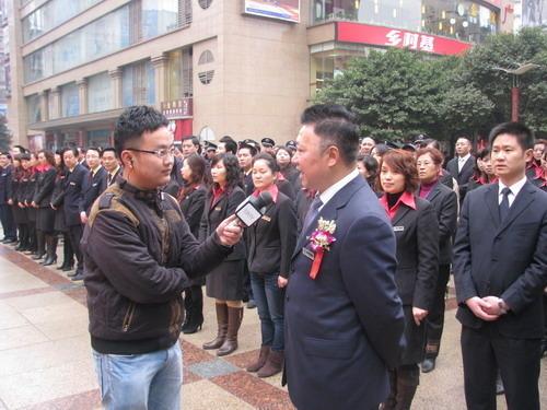 记者现场采访华宇总裁张为耕讲话
