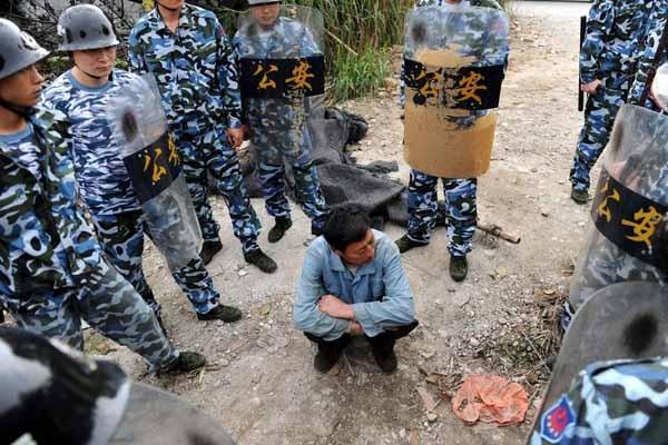2010年2月2日,在西樵简村一个自建木棚的黑油店,一男子欲阻止暂扣加油工具等,被全警用力量隔绝,形成对峙之势。