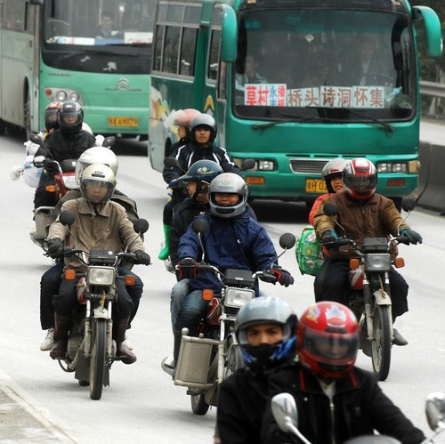珠三角10万农民工骑摩托返乡 警车护驾