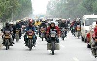 组图:珠三角10万农民工骑摩托返乡 警车护驾