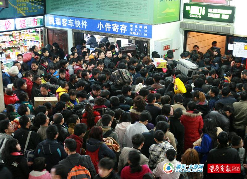 重庆菜园坝长途汽车站,进站的人们 记者 刘嵩 摄