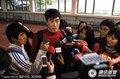 组图:刘翔遭记者围攻 冬日娜角落凝视飞人