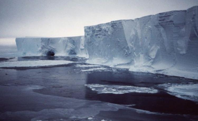 当地时间周五,研究人员宣布一块面积是中国香港两倍大小的冰山从南极脱落,当时这块冰山附着的冰川遭到了23年前脱落的一块冰山撞击。