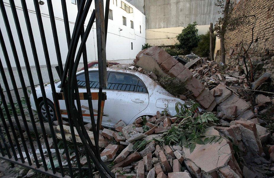 """美国地震勘测局报告称,智利康塞普西翁省附近当地时间27日凌晨发生里氏8.8级强烈地震,首都圣地亚哥有明显震感。智利总统巴切莱特已宣布国家进入""""灾难状态""""。图为在智利瓦尔帕莱索,地震致使该地区多处房屋倒塌。"""