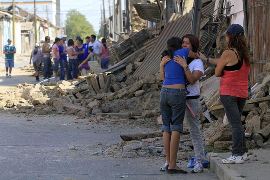 2月27日,在智利塔尔卡省,两名女子在地震造成的一片废墟前相拥安慰。智利内政部长埃德蒙多·佩雷斯·约马27日说,当日凌晨发生的里氏8.8级强烈地震已造成至少214人死亡。新华社/路透