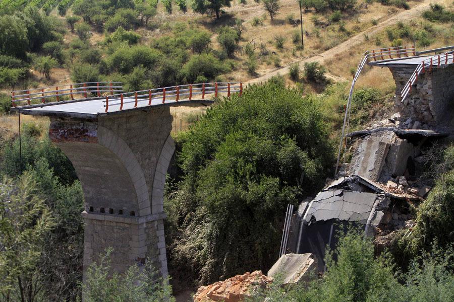这是2月27日在智利塔尔卡省拍摄的一座遭受地震损坏的桥梁。智利内政部长埃德蒙多·佩雷斯·约马27日说,当日凌晨发生的里氏8.8级强烈地震已造成至少214人死亡。新华社/路透