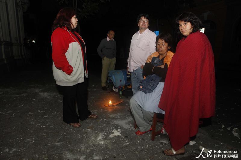2010年2月27日,智利,塔尔卡:当地民众震后在屋外避免余震的伤害。智利中部康塞普西翁省附近北京时间2010年2月27日14时34分发生里氏8.8级强烈地震,智利首都圣地亚哥有震感。