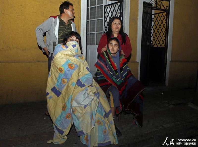 2010年2月27日,智利,塔尔卡:当地民众震后在屋外避免余震的伤害。智利中部康塞普西翁省附近北京时间2010年2月27日14时34分发生里氏8.8级强烈地震,智利首都圣地亚哥有震感。地震随后引发了一 次海啸,目前报道共有47人在地震中丧生。