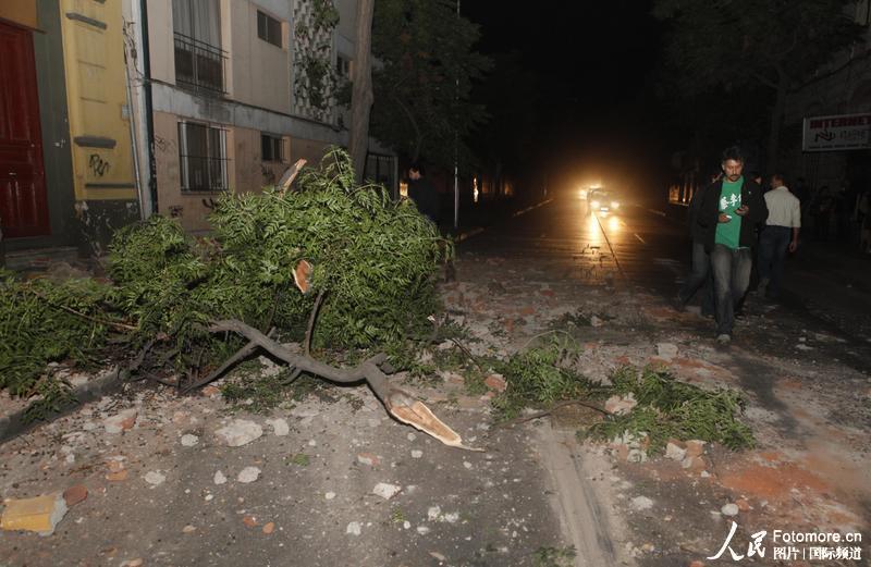 2010年2月27日,智利,塔尔卡:居民走在地震的废墟上。智利中部康塞普西翁省附近北京时间2010年2月27日14时34分发生里氏8.8级强烈地震,智利首都圣地亚哥有震感。