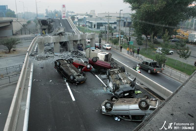 2010年2月27日,智利,塔尔卡:一些正在高速公路上行驶的汽车因地震而毁坏。智利中部康塞普西翁省附近北京时间2010年2月27日14时34分发生里氏8.8级强烈地震,智利首都圣地亚哥有震感。