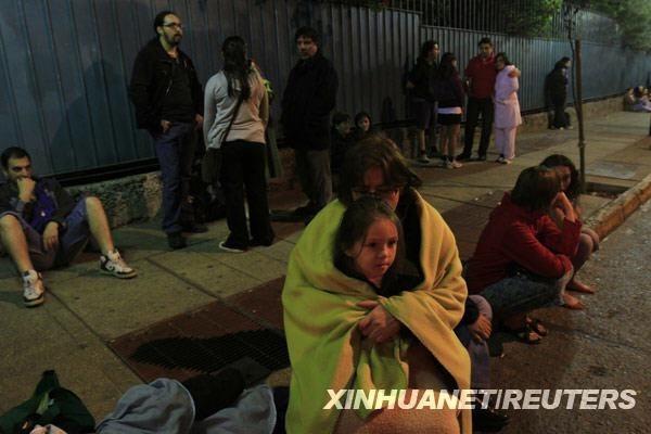 当地时间2月27日凌晨,在智利首都圣地亚哥,人们聚集在街头躲避地震。