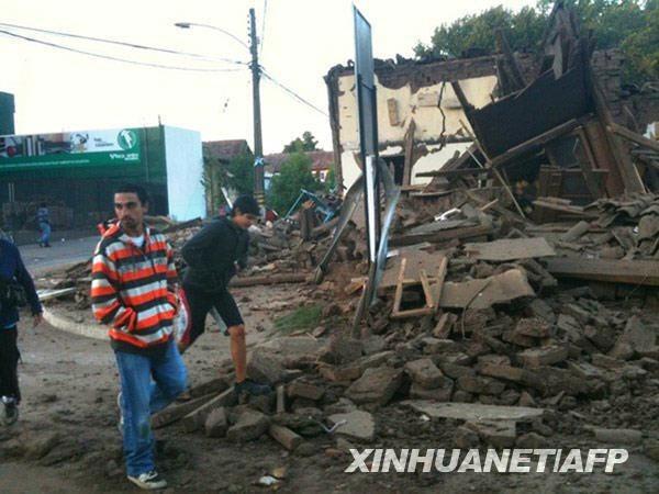 这张2月27日发布的照片显示,在智利圣克鲁斯,人们在街头查看地震受损情况