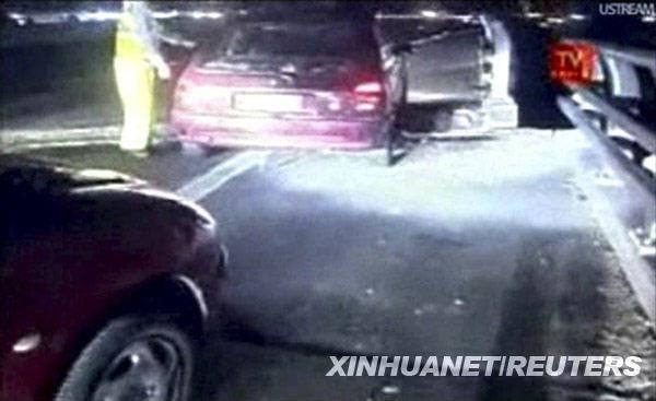 这张2月27日的视频截图显示,在智利首都圣地亚哥,车辆通过一处因地震而损毁的道路