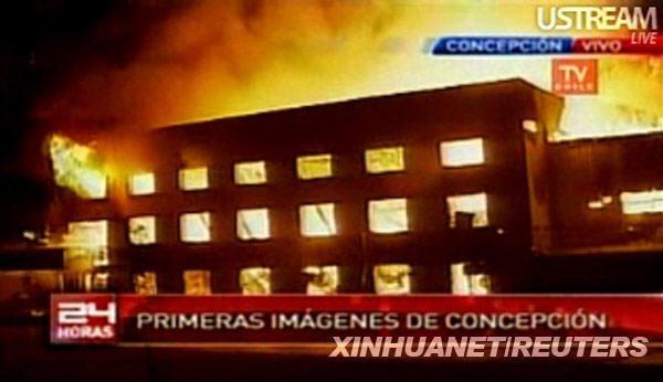 这张2月27日的视频截图显示,在智利康塞普西翁,一幢建筑在地震后起火燃烧