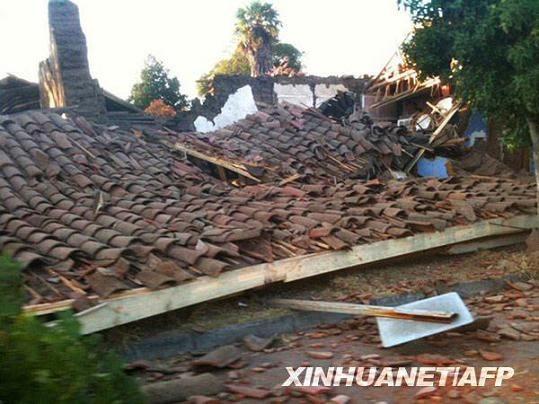 这张2月27日拍摄的照片显示,在智利圣克鲁斯,一幢房屋在地震后垮塌