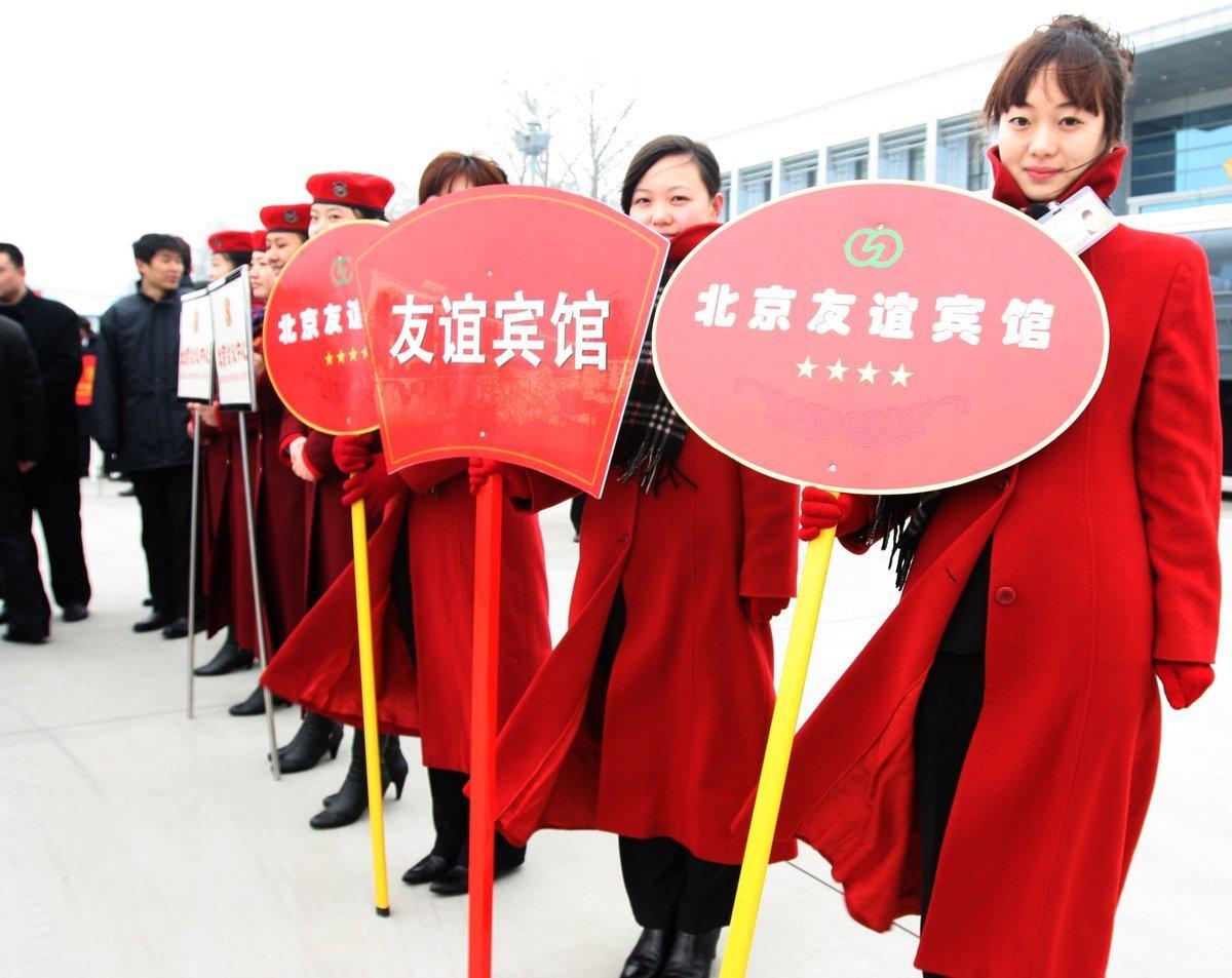 3月1日下午,在机场迎接政协委员的礼仪小姐。
