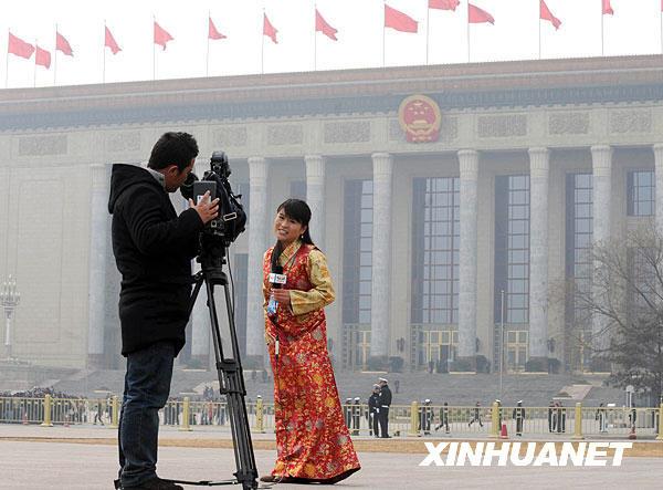 这是西藏卫视记者在采访。