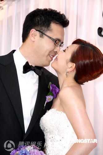 在菲律宾长滩岛,马来西亚办婚宴后,梁静茹与丈夫前晚回到台北补办酒席
