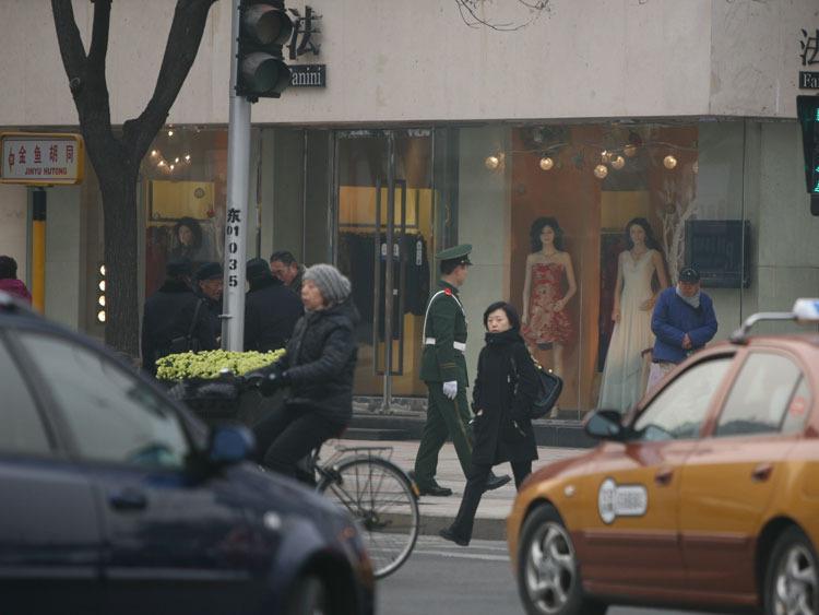 战士在街头盘查
