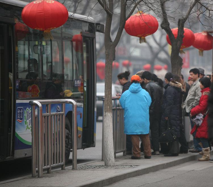 街头等车的群众