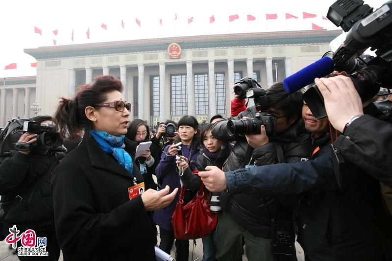 政协委员关牧村受到媒体关注。