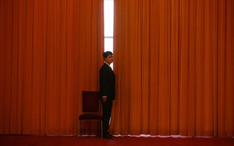 2010年3月3日,全国两会政协十一届三次会议开幕式,人民大会堂的安保人员驻守岗位。来源:CFP 版权图片,禁止转载