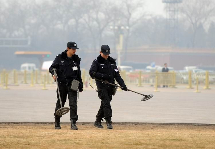 安保人员在进行检查。来源:CFP 版权图片,禁止转载!