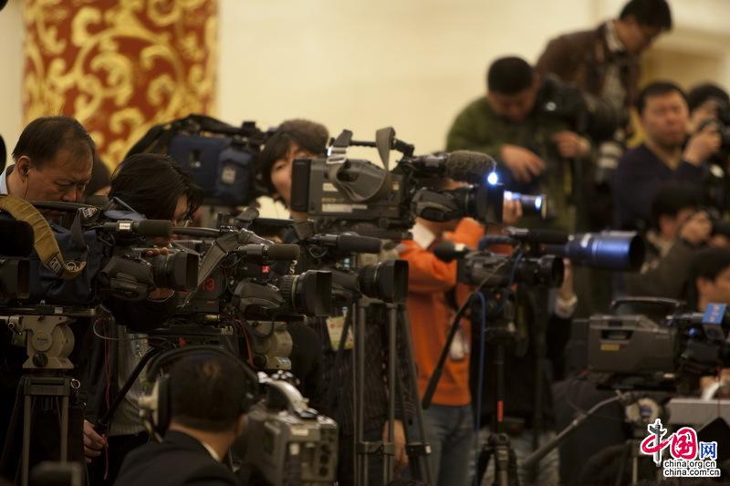 人民大会堂三楼金色大厅,李肇星记者会上云集的大量记者。