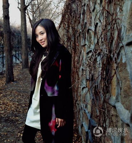 此组大片中,叶璇的着装和背景渗透着浓郁的复古色彩,大胆吸收国际服装图片