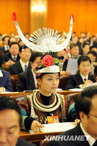 3月5日,第十一届全国人民代表大会第三次会议在北京人民大会堂开幕。这是全国人大代表在听会。
