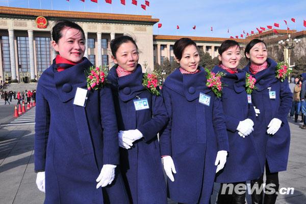 3月5日,十一届全国人大三次会议在北京人民大会堂开幕。服务于两会的礼仪小姐们在天安门广场上形成了一道靓丽的风景线。(孙巍 摄)