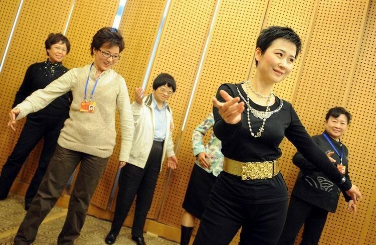 """2010年3月月4日,全国政协委员、中国电力投资集团公司副总经理兼中电国际董事长李小琳出席了妇联界别的分组讨论。她表示,今年她有一份提案是建议把低碳经济发展作为""""国家行动"""",通过文化手段来影响人们的观念。同时她透露,其父亲同志目前身体状况良好,而且已有一本新书出版。在分组讨论的休会期间,她在其他委员的建议下,还现场教众委员跳拉丁舞,原本略显沉闷的气氛瞬间被点燃了。"""