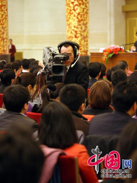 图为一名摄影记者在工作。