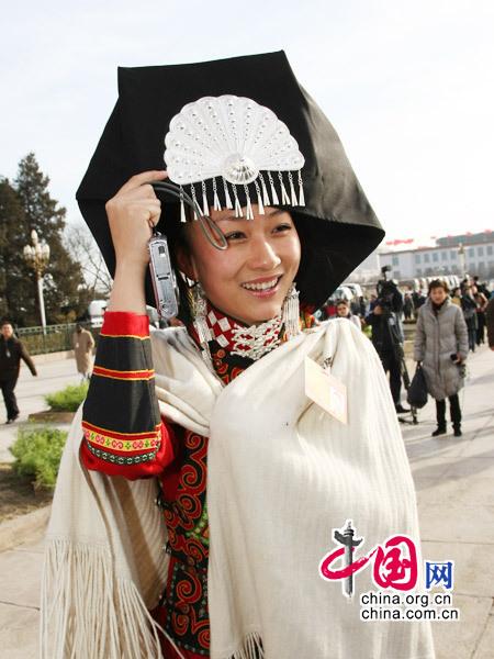 """3月5日,十一届全国人大三次会议在京开幕,每年""""两会""""少数民族代表衣着艳丽倍受摄影记者青睐。(杨佳 摄影)"""