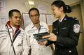 组图:边防检查站女警官向外籍船员宣传世博