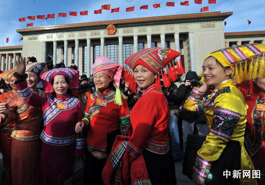 广西壮族女代表鲜艳的服饰。