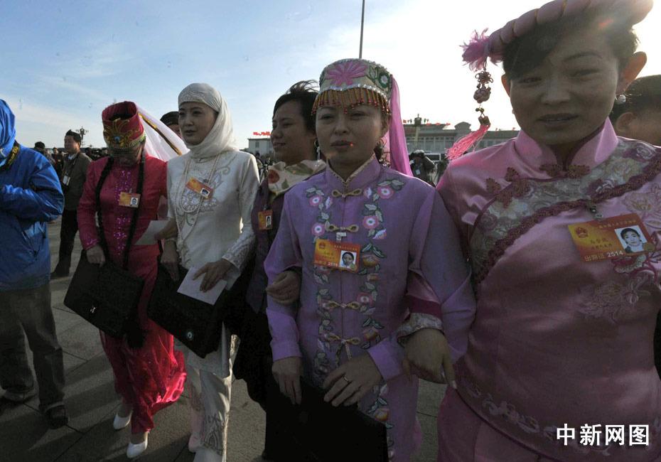 甘肃省回、东乡、裕固、撒拉和哈萨克族女代表靓丽的衣装。