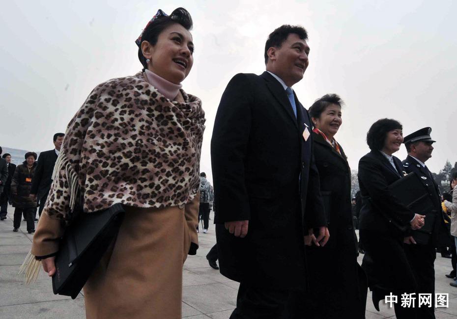新疆维吾尔族女代表高雅的裙装。