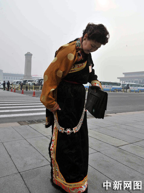 藏族女代表整理衣装。