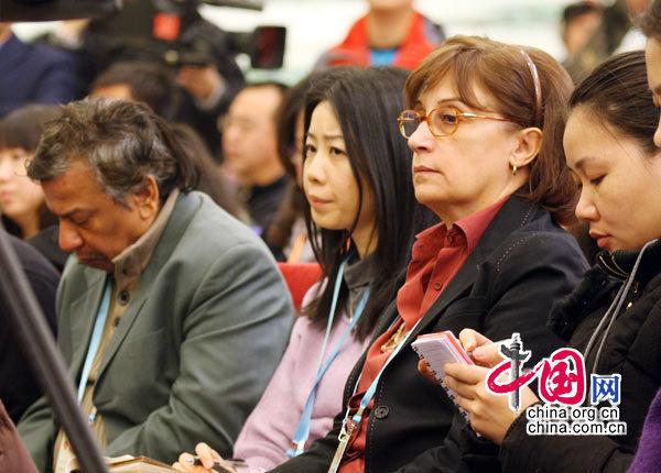 2010年3月6日,四部委关于加强和改善宏观调控问题记者会出现很多洋面孔。据了解,目前已有800多名外国记者报名采访今年两会,各种肤色的洋记者们成为两会上的独特风景线。