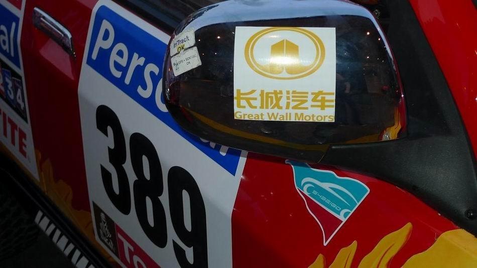 后视镜贴有长城汽车标志-2010年达喀尔拉力赛高清图片