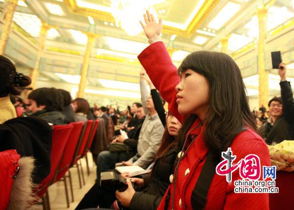 2010年3月6日,四部委关于加强和改善宏观调控问题记者会上,与会记者争相提问。 (杨佳摄)