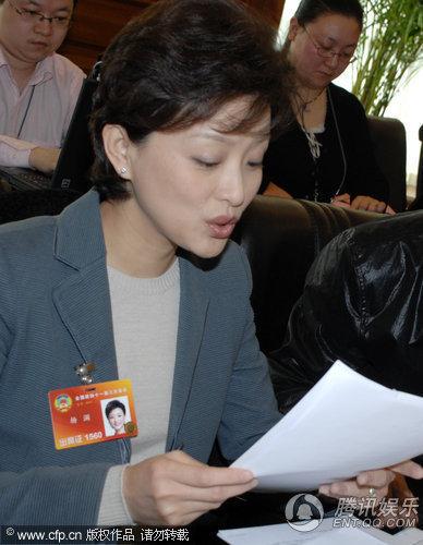 杨澜优雅受访 关注农民工子女教育问题 _新闻