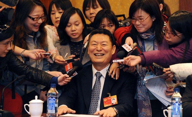 2010年3月5日,北京国际饭店,政协经济组分组讨论总理报告。记者采访央行副行长苏宁。摄影:王宙/CFP 版权图片,请勿转载