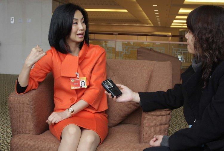 出席全国政协十一届三次会议的刘迎霞委员在驻地接受记者采访。摄影:张居生/CFP 版权图片,请勿转载